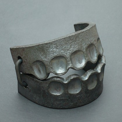 Sophie Hanagarth, Trap-bracelet, 2014, iron